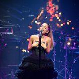 Ariana Grande cantando en la fiesta organizada por la revista Time en Nueva York