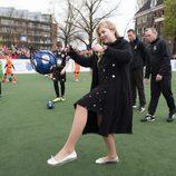 La Princesa Amalia de Holanda jugando en el Día del Rey 2016