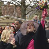 La Reina Máxima de Holanda alza un ramo de flores para celebrar el Día del Rey 2016
