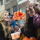 La Princesa Amalia de Holanda haciéndose 'selfies' en el Día del Rey 2016
