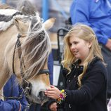 La Princesa Amalia de Holanda acaricia a un caballo en el Día del Rey 2016