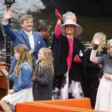 La Familia Real de Holanda saluda desde un barco en el Día del Rey 2016