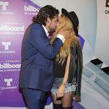 Paulina Rubio y Gerardo Bazúa besándose en los Billboard Latin Awards 2016