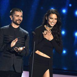 Juanes y Adriana Lima durante la gala de los Billboard Latin Awards 2016