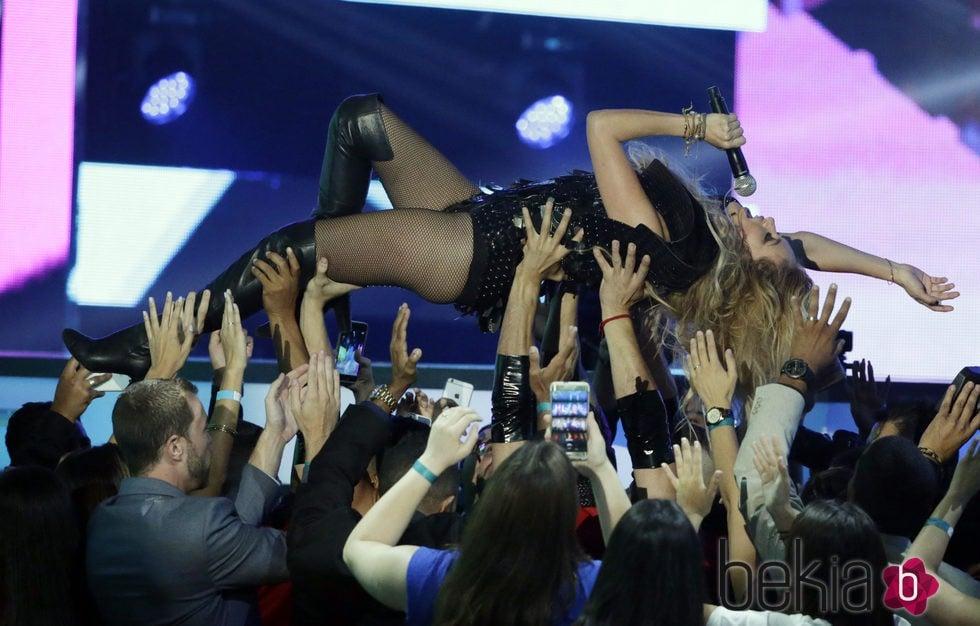 Paulina Rubio durante su actuación en los Billboard Latin Awards 2016