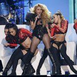 Paulina Rubio cantando en su actuación en los Billboard Latin Awards 2016