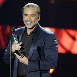 Alejandro Fernández con su Premio Billboard Latin 2016