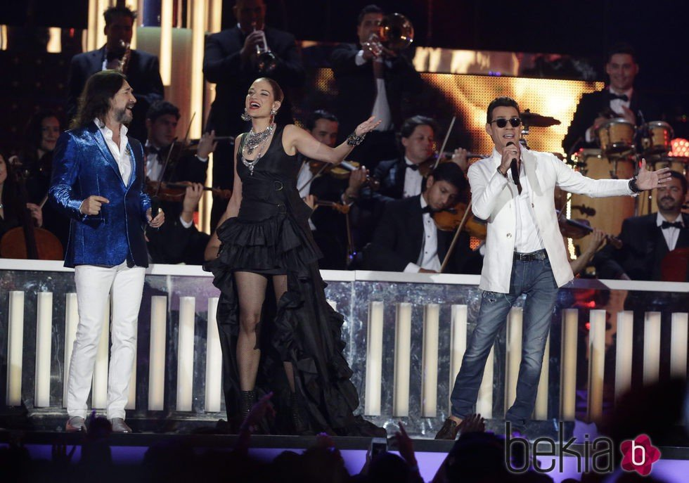 Natalia Jiménez y Mac Anthony cantando en su actuación en los Billboard Latin Awards 2016