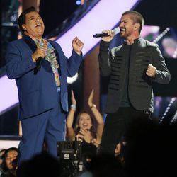 Juanes y Juan Gabriel cantando en su actuación en los Billboard Latin Awards 2016