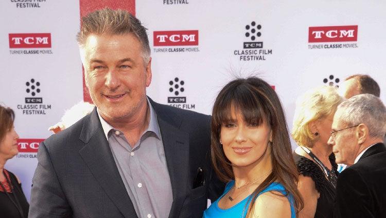 Alec Baldwin e Hilaria Thomas luciendo embarazo en el TCM Classic Film Festival 2016