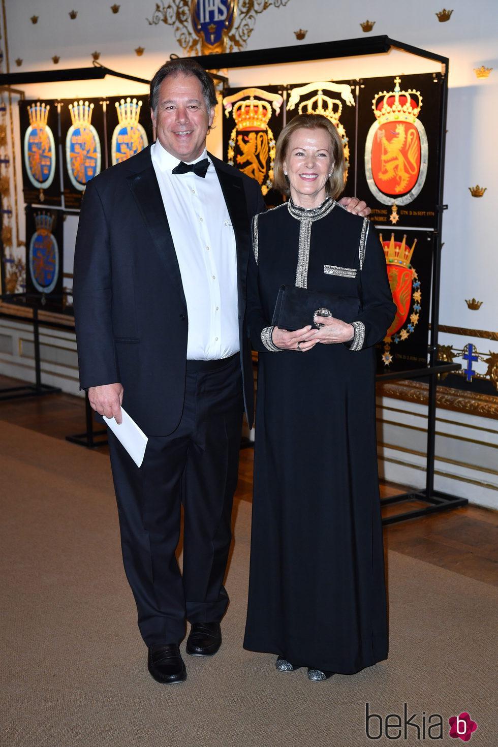 Henry Smith and Anni-Frid Lyngstad en la cena de gala en el 70 cumpleaños del Rey Gustavo de Suecia