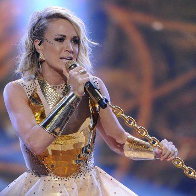 Carrie Underwood cantando durante los Premios American Country Countdown 2016