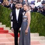Zayn Malik mirando a Gigi Hadid en la Gala del MET 2016
