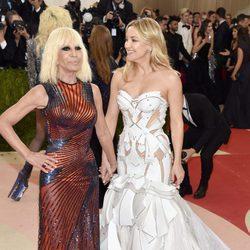 Donatella Versace y Kate Hudson en la Gala Met 2016