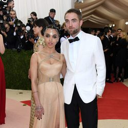 Robert Pattinson y FKA Twigs en la Gala del MET 2016