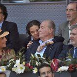 Victoria Federica besa al Rey Juan Carlos junto a la Infanta Elena en el Madrid Open 2016