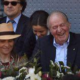 El Rey Juan Carlos, la Infanta Elena y Victoria de Marichalar ríen divertidos en el Madrid Open 2016