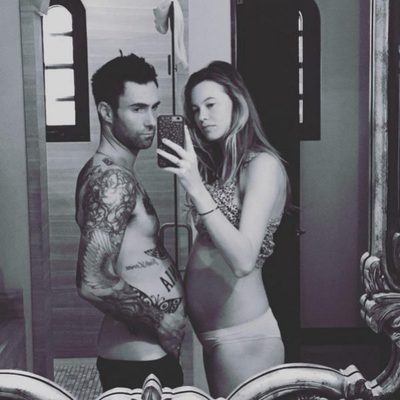 Adam Levine y Behati Prinsloo presumen de embarazo frente al espejo