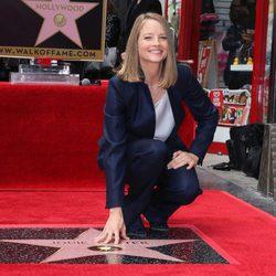 Jodie Foster con su estrella del Paseo de la Fama