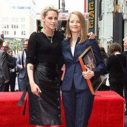 Jodie Foster junto a Kristen Stewart con su estrella del Paseo de la Fama