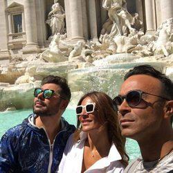 Raquel Bollo junto a Luis Rollán y Miguel Poveda en la Fontana Di Trevi en Roma