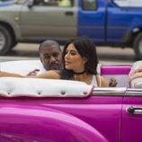 Kim y Kourtney Kardashian y Kanye West en un coche en Cuba