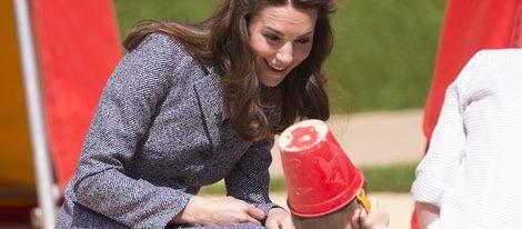 Kate Middleton juega con un niño en la inauguración de un parque infantl en Londres