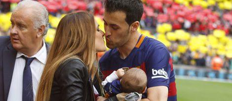 Sergio Busquets besando a su novia Elena Galera con su hijo Enzo en brazos en el Camp Nou