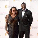 Idris Elba y Naiyana Garth en los Premios BAFTA TV 2016