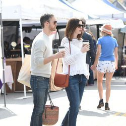 Anne Hathaway y Adam Shulman en un mercado en Los Ángeles