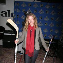 Emily VanCamp en un partido de hockey sobre hielo