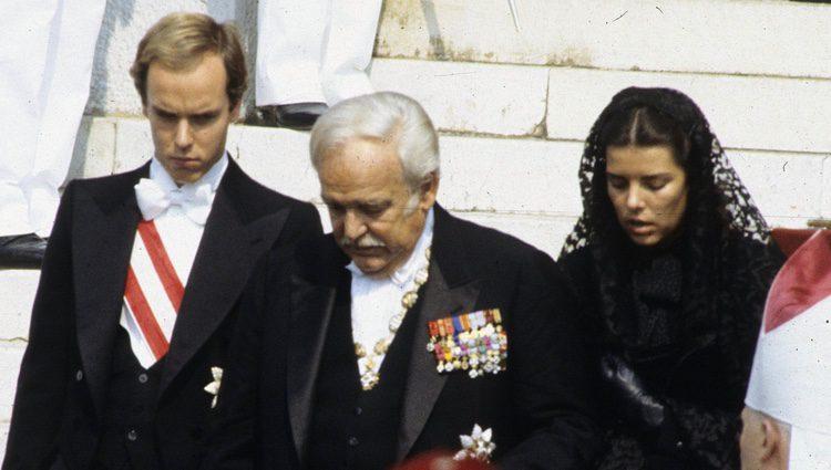 El Príncipe Rainiero con Carolina y Alberto de Mónaco en el funeral de Grace Kelly