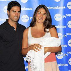Lorena Bernal y Mikel Arteta presentando a su tercer hijo Daniel