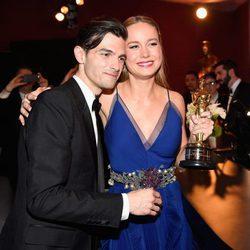 Alex Greenwald y Brie Larson en los Oscars 2016