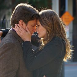 Stana Katic y Nathan Fillion a punto de besarse en la octava temporada de 'Castle'