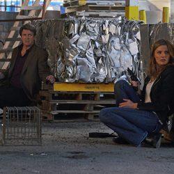 Stana Katic y Nathan Fillion en un tiroteo en la octava temporada de 'Castle'