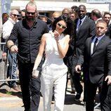 Kendall Jenner rodeada de gente de seguridad en el Festival de Cannes 2016