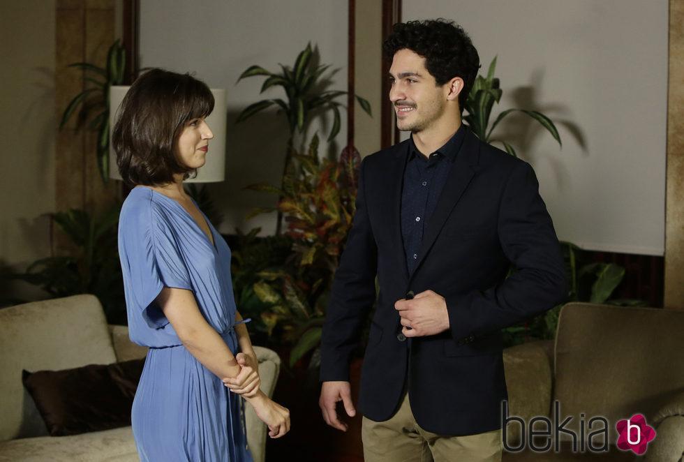 Úrsula Corberó y Chino Darín se dedican una tierna mirada en la presentación de la serie 'La Embajada'