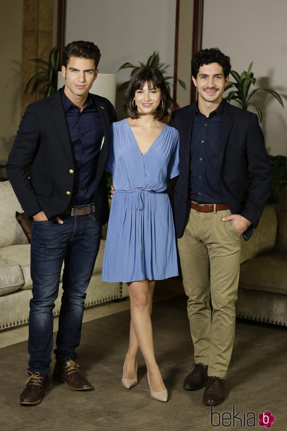 Maxi Iglesias, Úrsula Corberó y Chino Darin en la presentación de 'La Embajada'