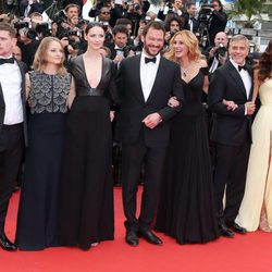 Jack O'Connell con Jodie Foster, Caitriona Balfe, Dominic West, Julia Roberts, George Clooney y Amal Alamuddin en el Festival de Cannes 2016