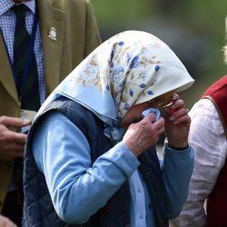 La Reina Isabel se limpia los ojos en el Royal Windsor Show