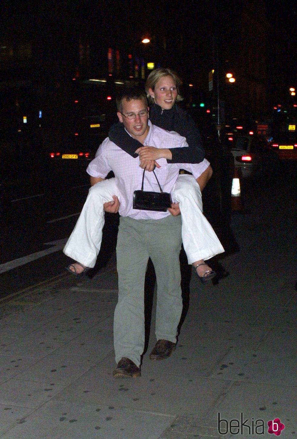 Peter Phillips lleva a su hermana Zara Phillips a caballito