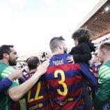 Gerard Piqué con su hijo Milan celebrando la victoria del Barça en Liga en Granada