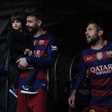 Gerard Piqué con su hijo Milan y Jordi Alba celebrando la victoria del Barça en Liga en Granada