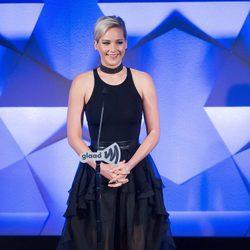 Jennifer Lawrence dando un discurso en los GLAAD Media Awards 2016