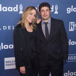 Jenny Mollen y Jason Biggs en GLAAD Media Awards 2016