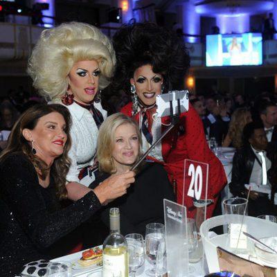 Caitlyn Jenner y Diane Sawyer haciéndose un selfie en GLAAD Media Awards 2016