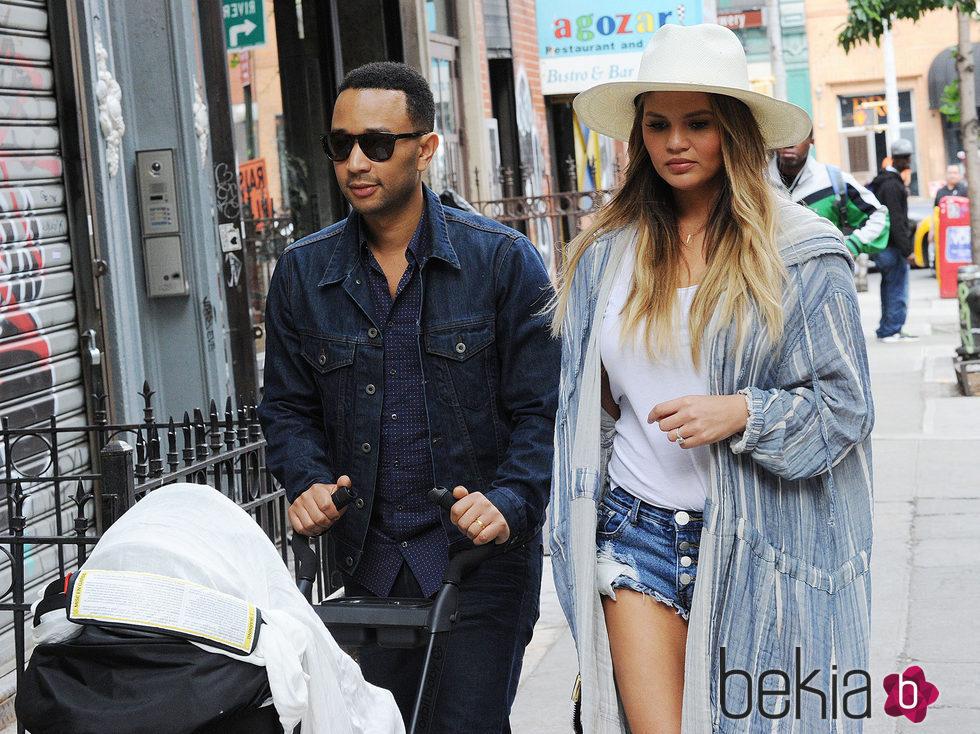 John Legend y Chrissy Teigen dando sus primeros pasos con Luna por Nueva York