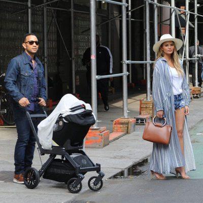 Los primeros paseos de John Legend y Chrissy Teigen con su hija Luna por Nueva York