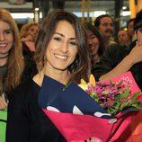 Barei recibe un ramo de flores en el aeropuerto de Madrid a su vuelta de Eurovisión 2016